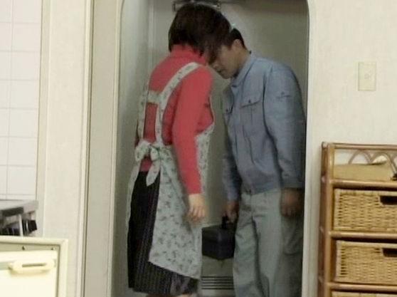 自宅を訪れた業者の男に股間が疼く不貞妻...自ら目隠しを施しM字開脚で男を誘惑し不倫する