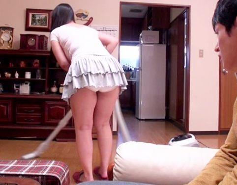母のパンチラとムチムチ太股に息子が興奮!キッチンで強引に迫る息子を受け入れ母子相姦