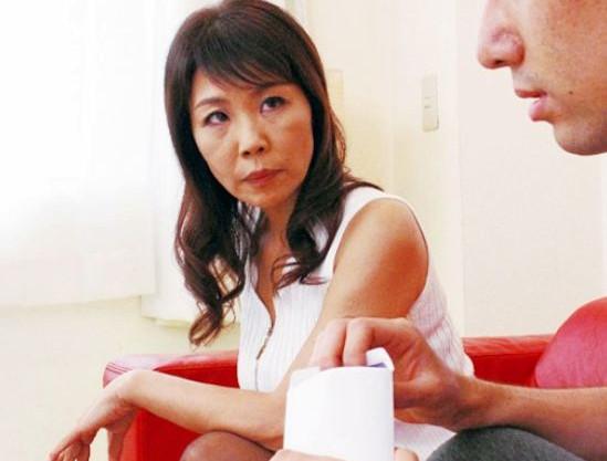 夫のチンポに飽き気味の人妻熟女が娘婿のチンポにハメられ義母から女に戻りイキ乱れる