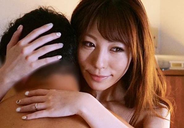 オナニーばかりする欲求不満のお母さんを見て息子が欲情。ベッドで親子でキスをする