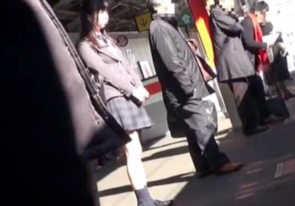 満員電車の中で変態おじさんに痴漢される制服美少女。無理やり下着の中に手をつっこまれイタズラされる