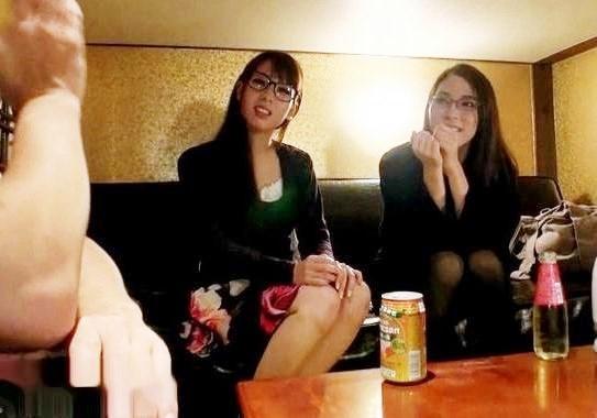 巨乳のメガネ姉妹。体がエロすぎ!おっぱい揺らしてハードセックスで2人でダブルフェラ
