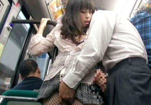 網タイツの痴女な人妻がバスの中で後ろの男のチンポを刺激し勃起させてその場で誘惑即ハメsex