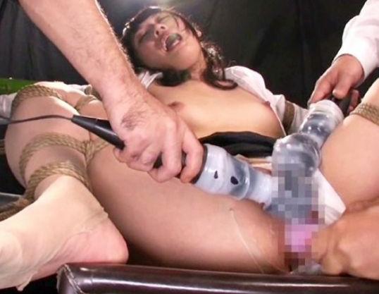 開脚状態で拘束されて目隠しされた敏感マンコにイボイボ電マをダブルで当てられ悶絶アクメする女