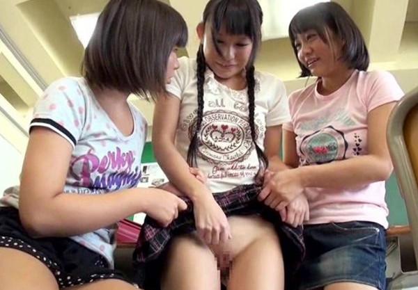 日焼けしたミニ系美少女三人が教室で男子のチ●ポをセンズリ鑑賞して自分たちもマ●コを見せっこする