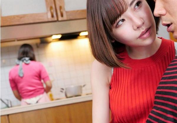や…やばいっすよ!彼女の家でお姉さんが誘惑!彼女がキッチンにいる間にバレない様にチ●ポ取り出しフェラチオ開始www