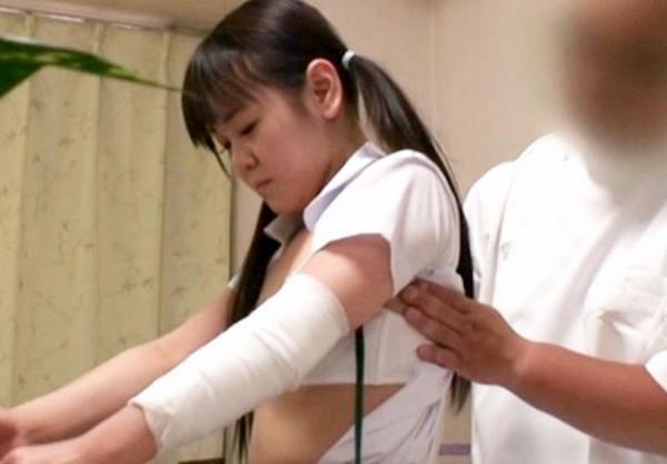 施術師おじさんの手慣れたエロ手技に激しく感じる制服少女。抵抗できずに肉棒を挿入され院内で犯される