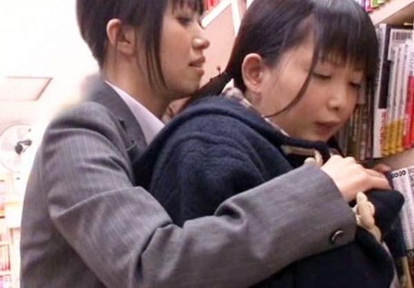 本屋で立ち読み中の女子校生がスーツを着た大人のお姉さんにレズ痴漢され思わず股間をぐっしょり湿らせる…
