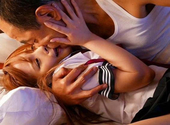 制服姿のスレンダー美少女が中年おじさんと舌と舌を絡ませ濃厚ベロチューで淫らに悶える