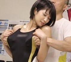 ちょっ...何するの?水着の脇から乳を直揉み!変態すぎる中年按摩師の魔の手にかかり肉棒に完堕ちするアスリート美女