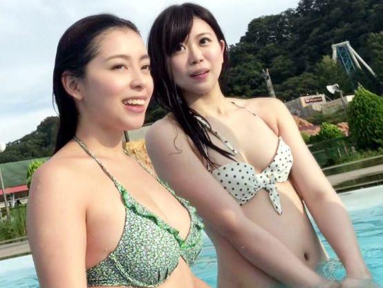野外プールでめっちゃ綺麗なお姉さん二人組を見つけて即ナンパ!清楚な見かけに反してかなりのスケベ!2人まとめて乱交sex