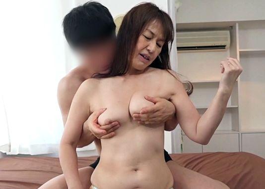 47歳の淫乱熟女。垂れ乳を揉みしだかれ悶絶。夫に内緒で出会い系で男を漁って不倫する