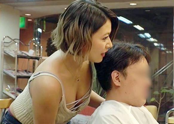 静かに…ね…?美容師さんが白いケープの中に手をつっこみ客の勃起チ○ポを高速手コキ!たまらずビクビクと射精