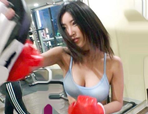 研ぎ澄まされたキツマンボディを持つスポーツ奥さん…今日もチンポを目がけて膣コキインサート