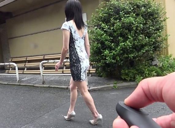 外を歩く熟女の股間に仕込んだリモバイをONしたら…性欲まみれの淫乱人妻おばさんをめちゃくちゃハメる
